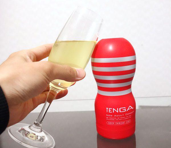 TENGA ディープスロート・カップとシャンパングラスを乾杯している写真