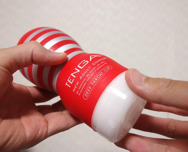 TENGA ディープスロート・カップのフタを手で引っ張っている写真